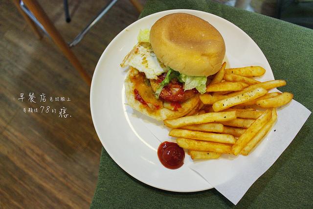 淡江大學最自在的暢遊早餐店 有趣的IG打卡地標 早餐店老闆臉上有顆很78的痣 淡水美食